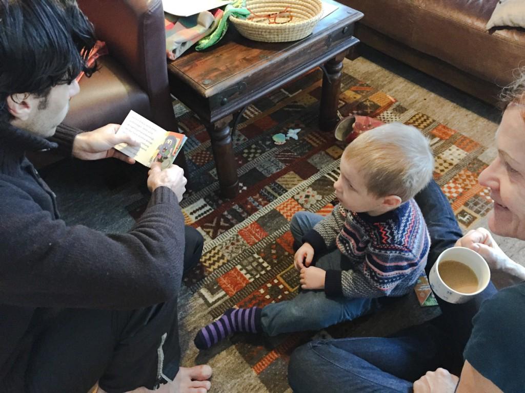 Levi folgt gespannt den Versuchen von Mohammed, eine Pixie-Buch vorzulesen.